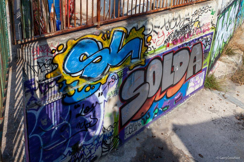 Tag graffiti rue Courbe Antibes