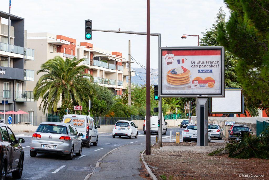 Publicité déroulante RN7 avenue de Nice Antibes