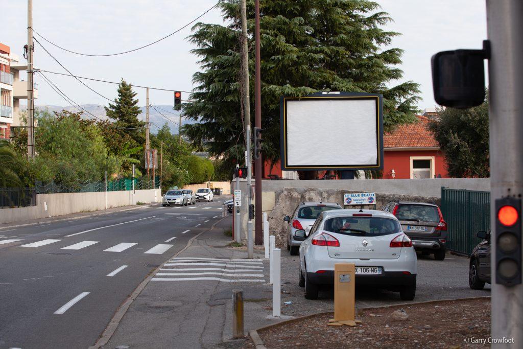 Publicité déroulante vide RN7 avenue de Nice Antibes